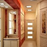 Сочетание в коридоре декоративного камня и обоев