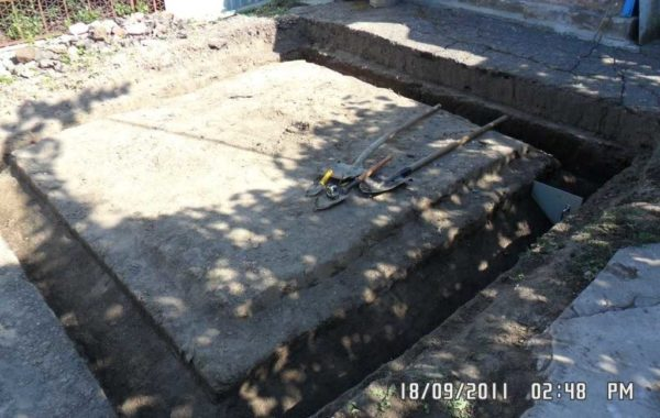 По периметру будущего погреба копаем котлован, который в разрезе имеет треугольную форму