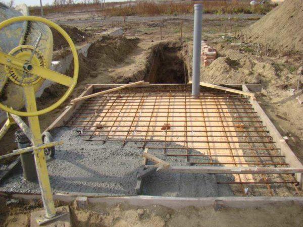 Начата заливка бетона