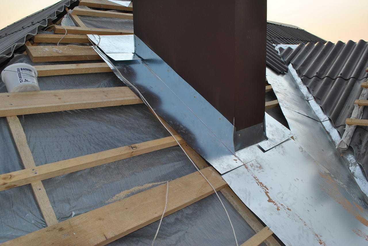 Как сделать примыкание шиферной крыши к трубе