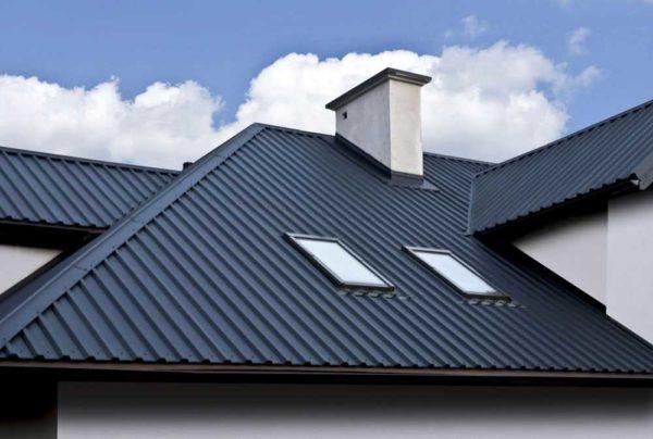 При небольших затратах крыша из профнастила выглядит солидно
