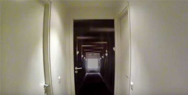 Так можно обновить старые двери при помощи пленки с фотопечатью