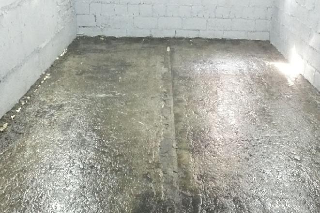 На старой работе новые бетонные полы промазали отработкой масла эффект был отличный пыли не было, вода в бетон не впитывалась.
