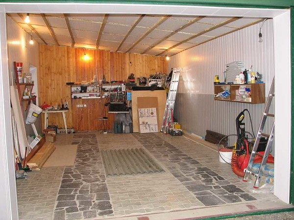 Пол в гараже сделан из тротуарной плитки, под колесами уложены плиты натурального гранита