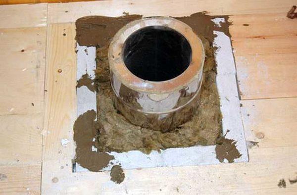 Серый материал по периметру отверстия - минерит