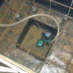 Сделали гидроизоляцию, из приямка откачиваем воду погружным насосом. Одновременно собираем армирующий каркас для бетонных стен смотровой ямы