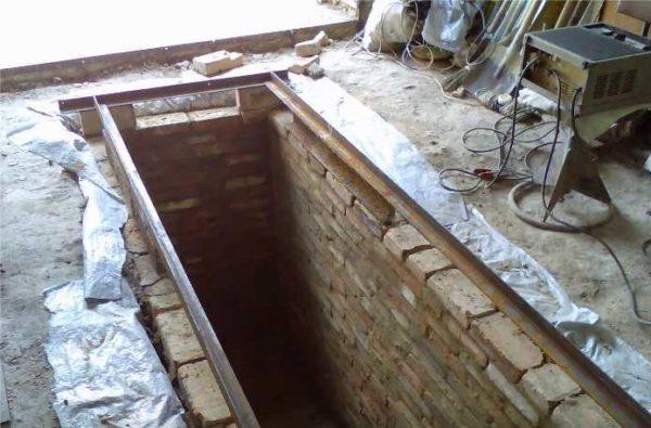 Швеллера с двух сторон смотровой ямы в гараже