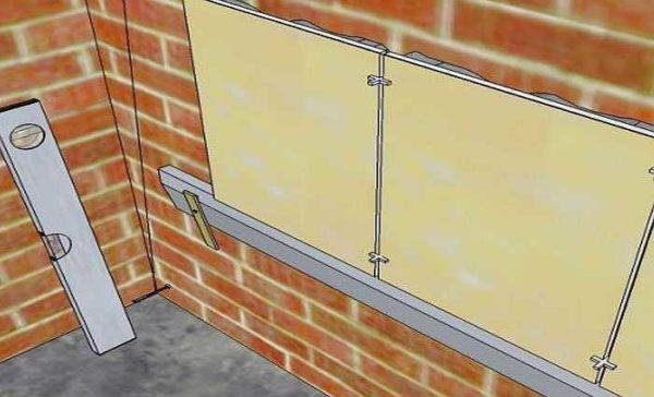При укладке на стену требуется опора - брусок или профиль