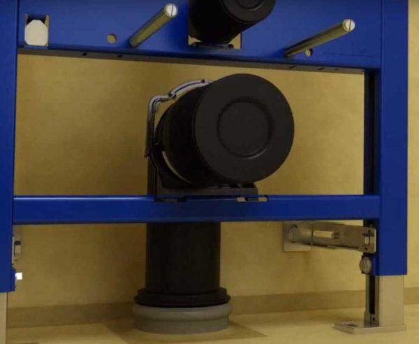 Устанавливаются держатели унитаза, фиксируется патрубок канализации