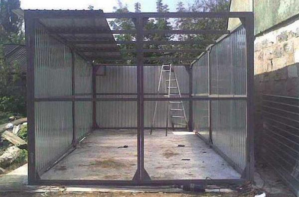 Каркас для гаража из профнастила обычно делают из профилированной трубы или стального уголка
