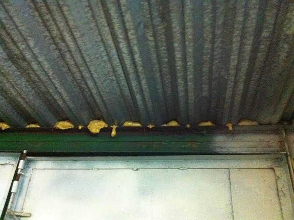 Традиционный способ избавиться от щелей в гараже из металлопрофиля - монтажная пена