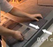 Черепицу на фронтоне обрезают, отступив 1 см от выступа фронтонной планки