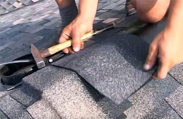 Монтаж коньковой мягкой черепицы