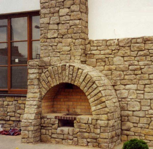 Облицовка камина камнем может быть сделана и на улице