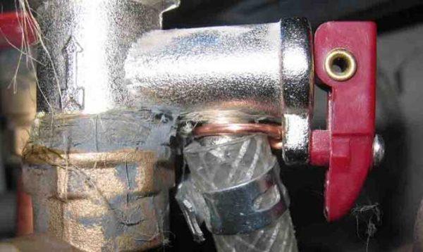 Так выглядит установленный клапан для сброса давления в водонагревателе