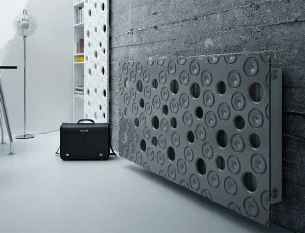 Декоративная панель, которая закрывает радиатор сама смотрится как произведение скульптора-авангардиста