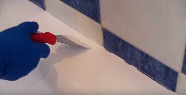 У стены поправляем при помощи шпателя