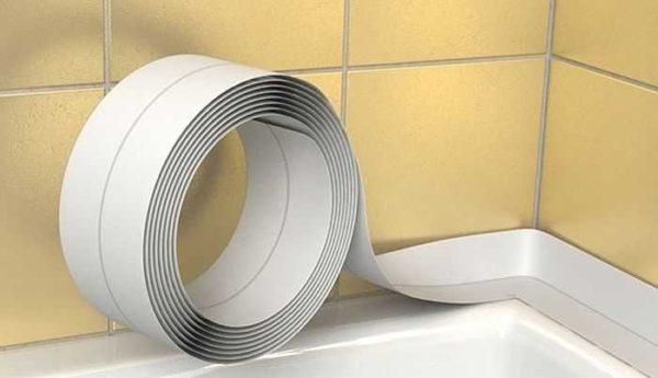 Заделать стык между акриловой ванной и стеной можно специальной лентой