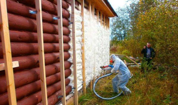 Утепление пенополиуретаном деревянных стен не вызовет проблем - коэффициент теплопроводности у них одинаков