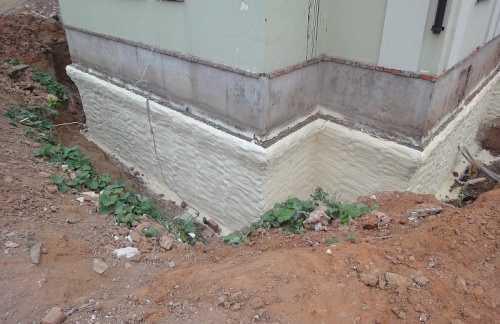 При утеплении фундамента дома пенополиуретаном одновременно решается и проблема его гидроизоляции