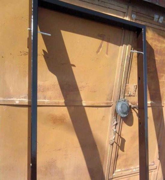 Дверная коробка для самодельных железных дверей покрашена