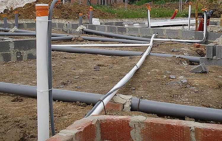Прокладка водопровода и канализации в частном доме