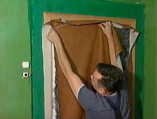 Полоса для валика закреплена заранее, сам он формируется после того, как закреплен обивочный материал