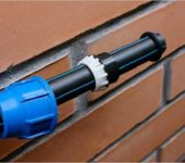 Водопровод из полиэтиленовых труб собирается легко, легко модернизируется, почти не требует обслуживания