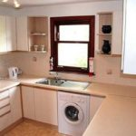 В кухонном гарнитуре стиральная машинка смотрится вполне органично