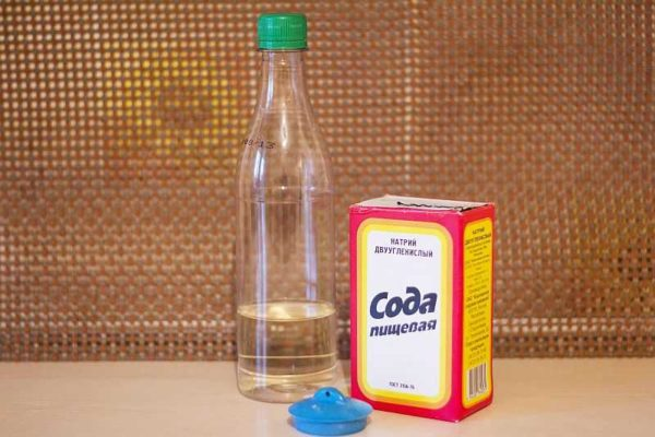 Сода с уксусом пробивают трубы за счет пенообразования
