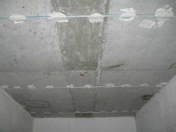 Расстояние между маяками на потолке - 1,1-1,3 метра