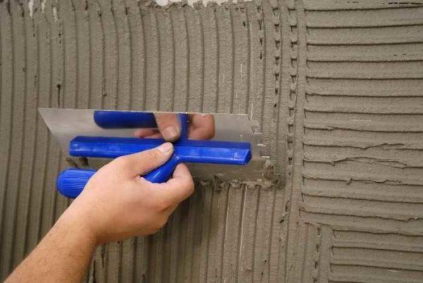 При нанесении штукатурки в два слоя на первом формируют рельеф