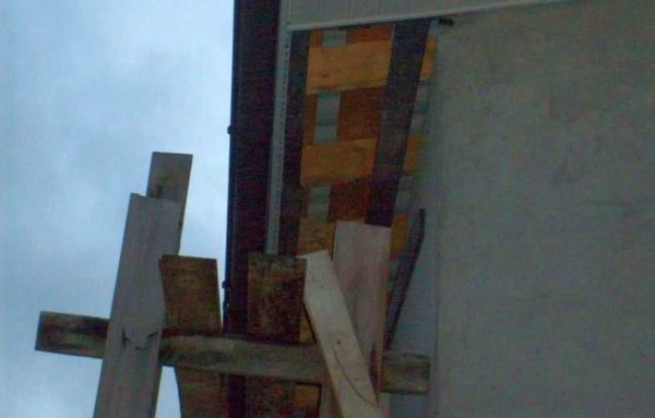 Чтобы леса не заваливались на стену дома, поперечины можно сделать с выпуском в 20-30 см. Они не дадут конструкции завалиться в сторону дома
