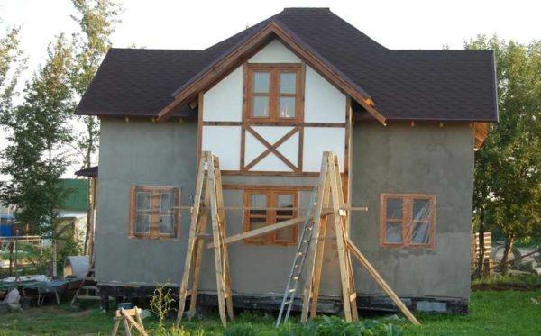 Если опирать на стены ничего нельзя, подойдут строительные козлы с уложенными на перекладины досками настила