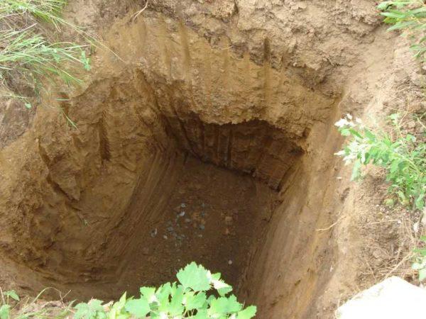 Котлован выкопан, надо выровнять дно, насыпать песка