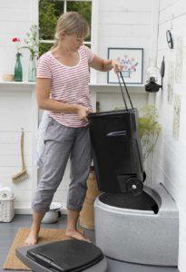 Чтобы проще было удалять отходы на емкости должны быть колесики