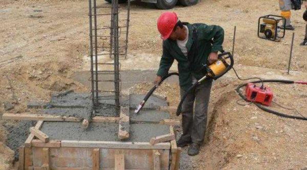 Так выглядит погружной вибратор для бетона в работе