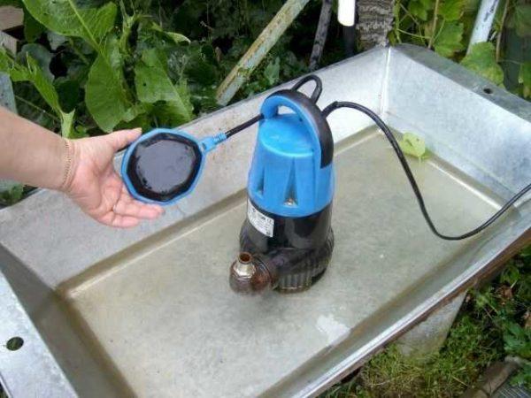 Этот поплавок отключает питание насоса когда воды становится мало