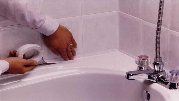 Приклеивание бордюрной ленты для ванны