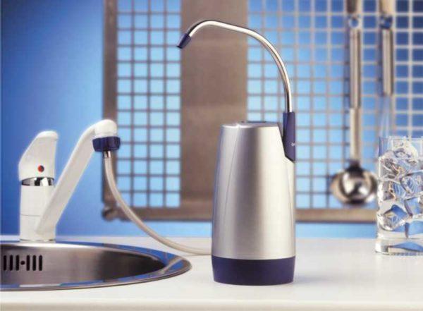 Настольный вариант может подключаться к крану или водопроводу