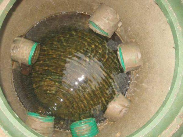 Дренажный колодец на участке можно сделать из бетонных колец небольшого диаметра