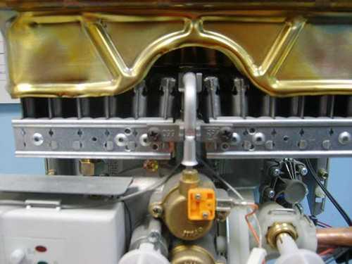 Так выглядит газовая горелка для колонки в установленном виде