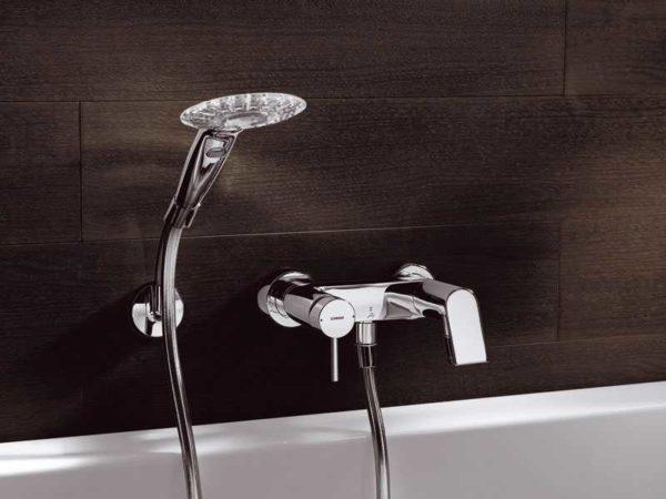 Традиционный способ монтажа смесителя в ванной - на стену