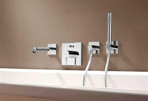 Сегодня выбор смесителей для ванны очень широк - разные типы, виды, компоновки, а уж внешний вид...