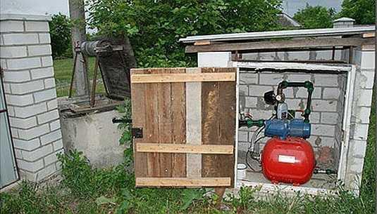 Установка насосной станции в сарае годится при постоянном проживании и условии утепления/отопления на зиму