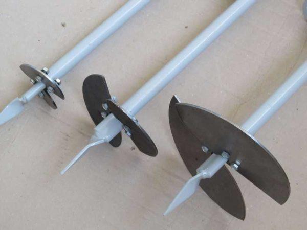 На один стержень можно иметь несколько комплектов режущих лопастей - для шурфов разных диаметров