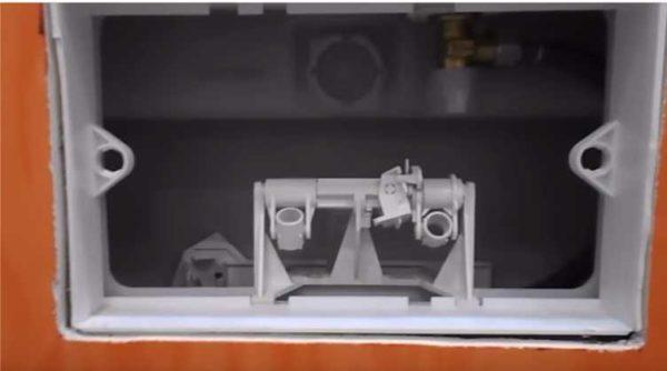 Один из типов механизма слива и болты для крепления кнопки
