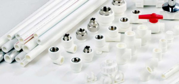 Для монтажа системы водопровода из полипропиленовых труб потребуются еще и фитинги