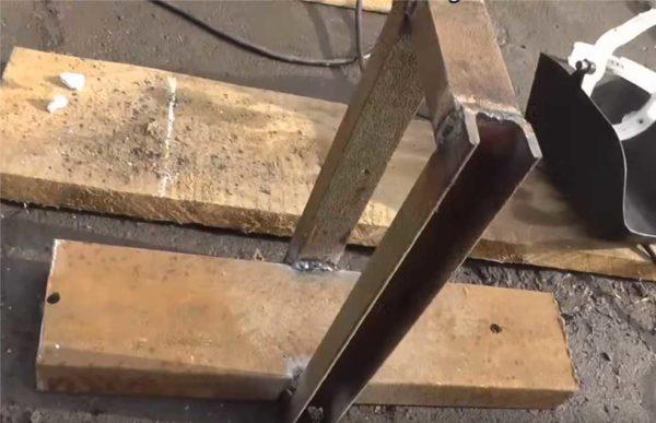 Так выглядит станина в приваренными стойками для крепления подвижного ролика