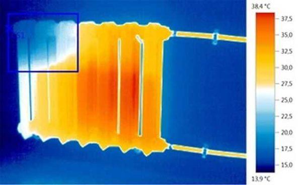 Воздух в радиаторе отопления мешает нормальной циркуляции теплоносителя. Это приводит к тому, что батарея плохо греется